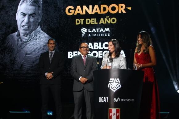 Eliane Bengoechea recibe el premio de su padre, Pablo, como mejor entrenador de Perú.