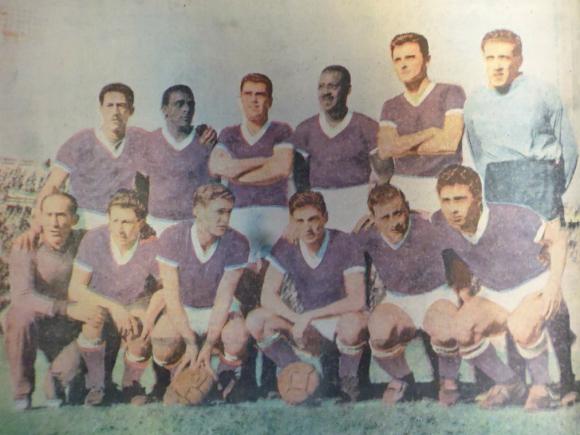 Defensor campeón 1960. La foto de El País tras la conquista invicta de la Copa Artigas.