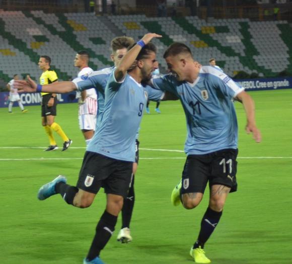 Diego Rossi celebra junto a Juan Ignacio Ramírez el gol de Uruguay. Foto: @Uruguay.
