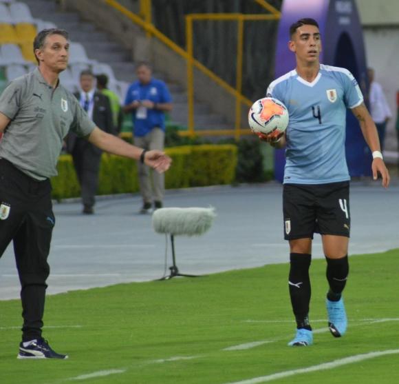 Gustavo Ferreyra y José Luis Rodríguez en el debut de Uruguay en Colombia. Foto: @Uruguay.