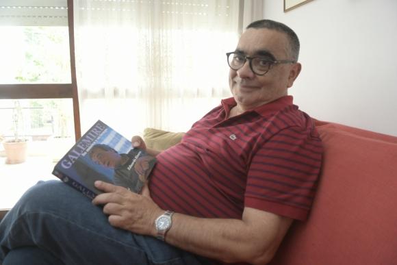 Eduardo Rivero junto a su nuevo libro. Foto: Marcelo Bonjour.