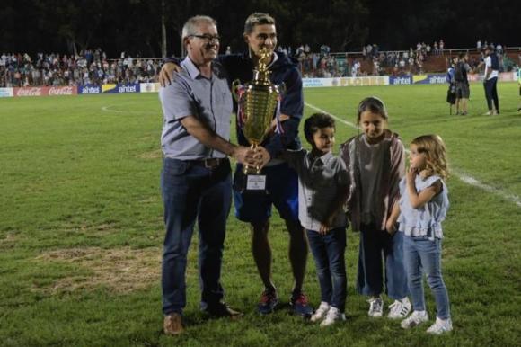 Gonzalo Castro recibió la copa tras el triunfo de Nacional frente Atlético Rafaela. Foto: Marcelo Bonjour.