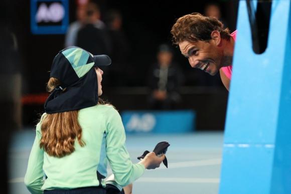 La niña se llevó un pelotazo y la vincha de Rafael Nadal. Foto: Reuters