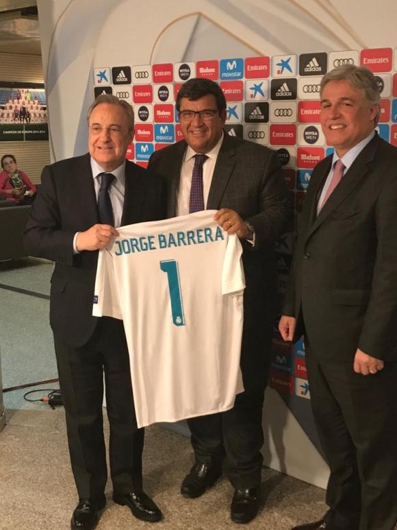 Bustillo, Barrera con la camiseta del Real Madrid y Florentino Pérez. Foto: El País.