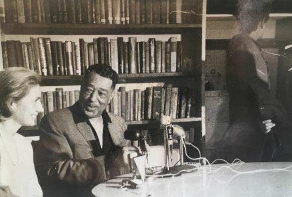Duke Ellington durante una conferencia de prensa. Foto: Archivo El País.