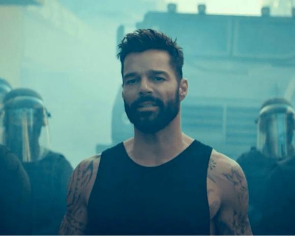 """Ricky Martin en el videoclip de """"Tiburones"""". Foto: Captura de YouTube."""
