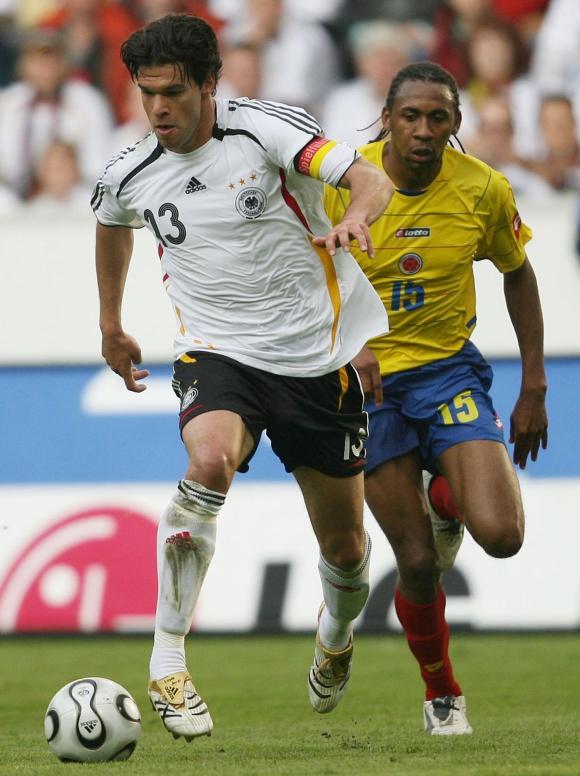 Jhon Viáfara en la selección de Colombia ante Michael Ballack de Alemania. Foto: Archivo El País.