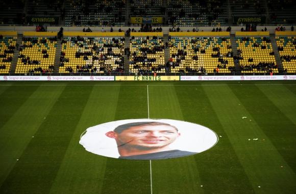 La imagen de Emiliano Sala en el centro de la cancha. Foto: Reuters