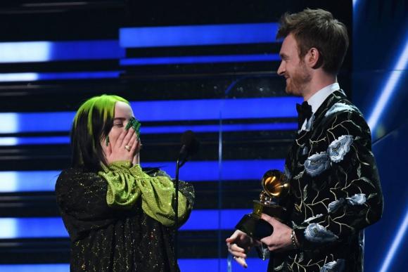 Billie Eilish y su hermano Finneas O'Connell en los 62° Grammy. Foto: AFP