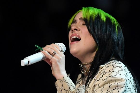 Billie Eilish cantando en vivo en los Grammy. Foto: AFP