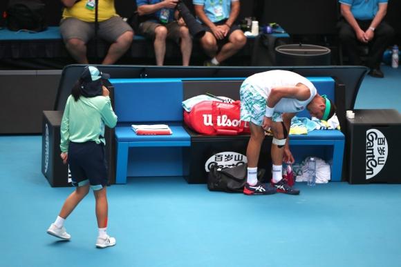 Congelada: el gesto de la niña luego de chocar con Tennys Sandgren en el partido por el Australian Open ante Roger Federer. Foto: Reuters