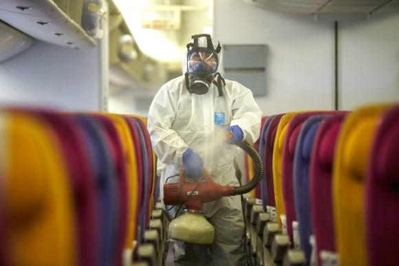 Un funcionario desinfecta la cabina de un avión en China. Foto: Reuters