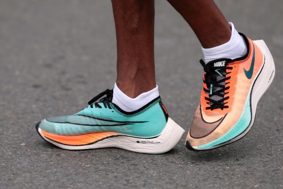 Atleta utiliza calzado Nike de la línea Vaporfly. Foto: Reuters.