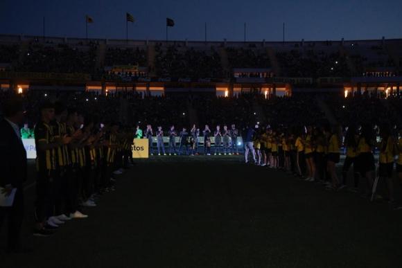 Los jugadores de Peñarol que uno a uno fueron presentados en la Noche Amarilla y Negra. Foto: Marcelo Bonjour.