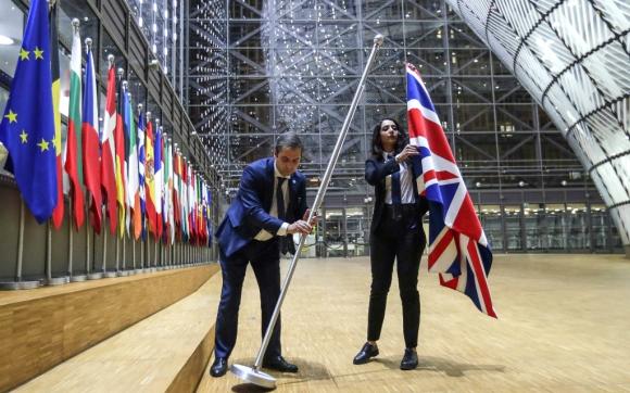 Ayer se arrió la bandera británica del Consejo Europeo; el acto solemne si hizo horas antes de la entrada en vigor del Brexit. Foto: AFP