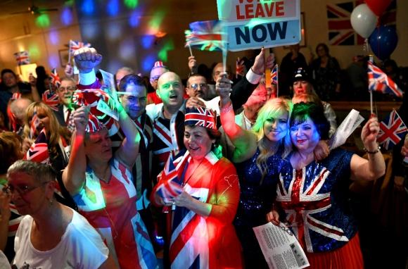 Partidarios del Brexit celebran el histórico momento. Foto: AFP