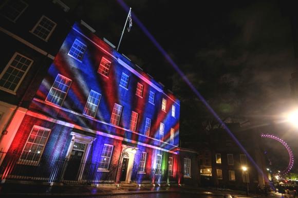 Un reloj proyectado en la fachada de Downing Street marcó la cuenta atrás. Foto: Reuters