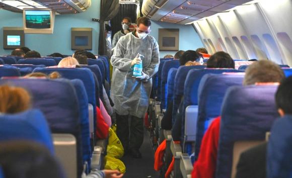 Los evacuados a las distintas ciudades de Europa debieron usar mascarillas durante el viaje y estarán en cuarentena en sus ciudades de llegada. Foto: AFP