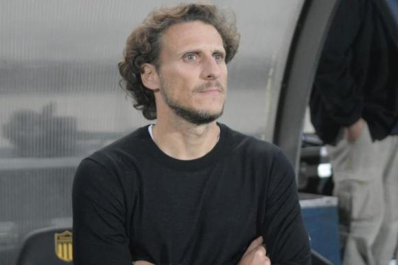 Diego Forlán previo al juego entre Peñarol y Belgrano en el Campeón del Siglo. Foto: Marcelo Bonjour.