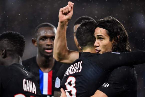 Edinson Cavani festeja un gol que luego fue anulado por offside. Foto: AFP.