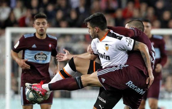 Maximiliano Gómez en el duelo entre Valencia y Celta. Foto: EFE.