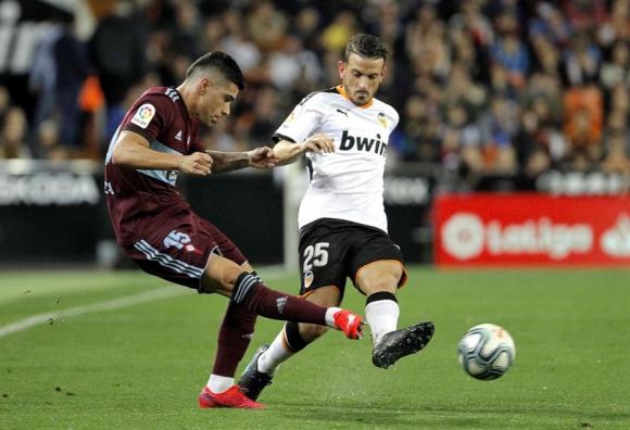 Lucas Olaza en el juego entre Valencia y Celta de Vigo. Foto: EFE.