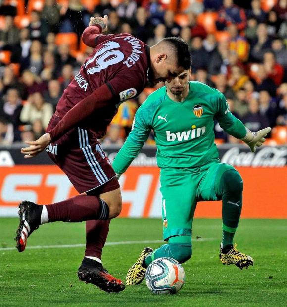 Gabriel Fernández en el juego entre Valencia y Celta de Vigo. Foto: EFE.