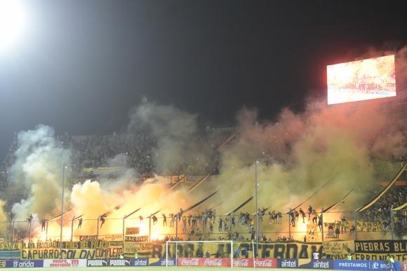 La hinchada de Peñarol alentó a su equipo llenando las tribunas del Campeón del Siglo. Foto: Marcelo Bonjour.