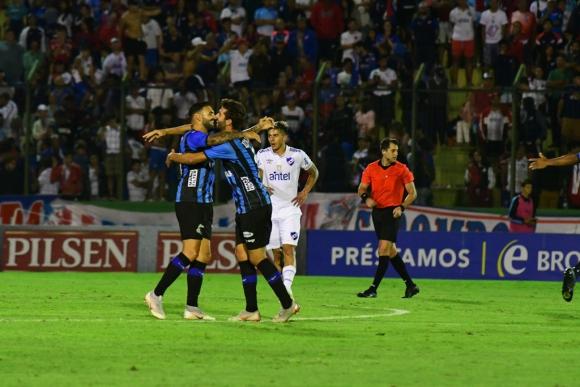 Los jugadores de Liverpool se abrazan tras un gol negriazul. Foto: Leonardo Mainé.