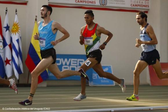 Santiago Catrofe en la prueba de los 1.500 metros en Cochabamba. Foto: @AtletismoCAU.
