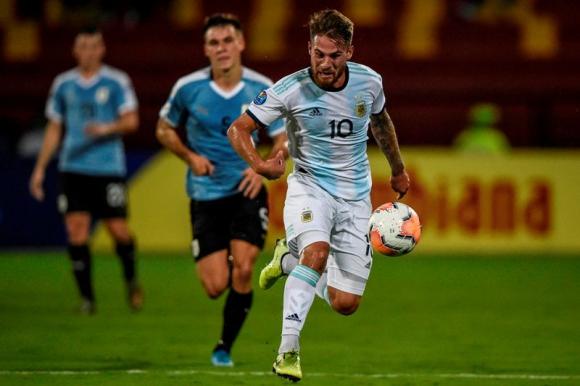 Alexis Mac Allister con la pelota ante la mirada de Manuel Ugarte en el Argentina-Uruguay Sub 23. Foto: AFP.