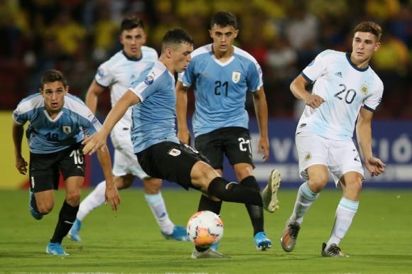 Federico Viñas en el duelo entre Uruguay y Argentina en la Sub 23. Foto: Reuters.