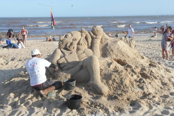Artistas de distintos países hacen esculturas de arena en la playa Pocitos. Foto: Marcelo Bonjour.