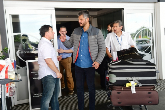 Jorge Giordano junto a Gustavo Munúa en la llegada del técnico.  FOTO: F. Flores.