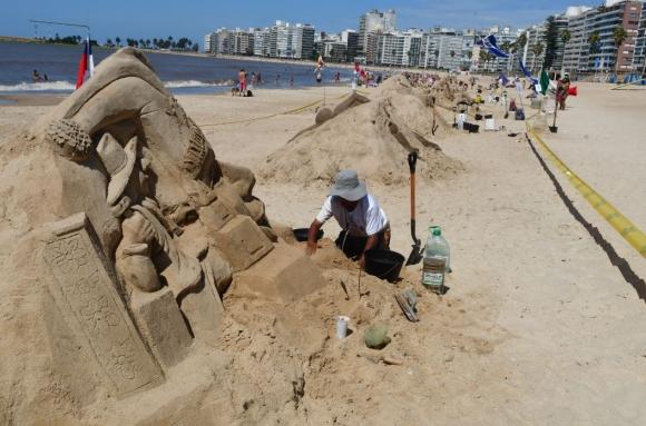 Esculturas de arena en playa Pocitos. Foto: Francisco Flores