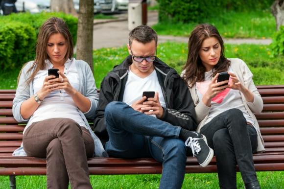Jóvenes con celulares. Foto: Shutterstock