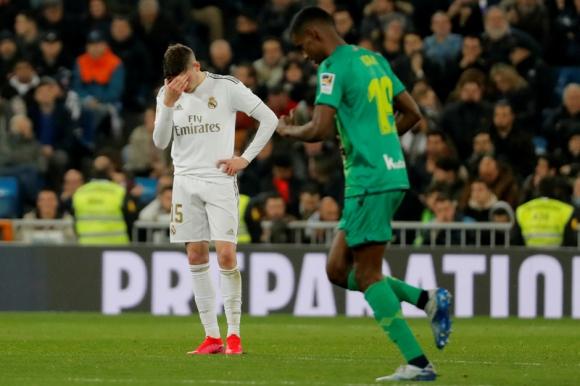 El lamento de Federico Valverde frente a Isak, una de las figuras. Foto: Reuters.