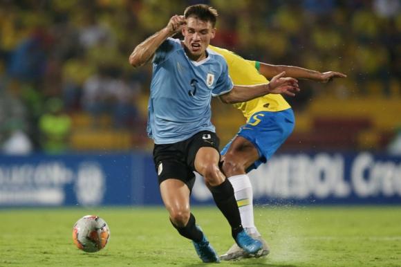 Manuel Ugarte disputa la pelota en el duelo entre Uruguay y Brasil en el Sub 23. Foto: Reuters.