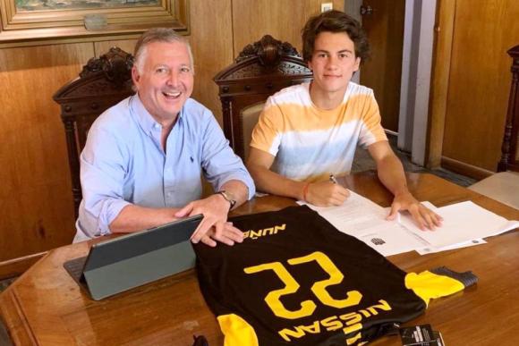 Firma de contrato de Facundo Pellistri con Peñarol