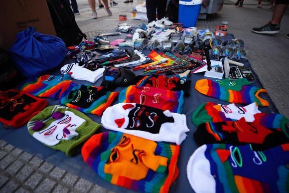 Un puesto callejero de venta de capuchas y pañuelos en una protesta en la plaza Italia, en Santiago (Chile). Foto: EFE.
