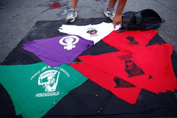 Puesto callejero de venta de pañuelos reivindicativos en las protestas del viernes en Santiago. Foto: EFE.