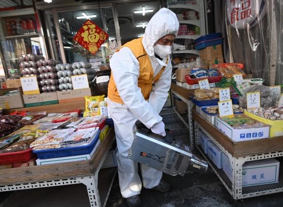 Desinfectan un comercio en Seúl, la capital de Corea del Sur, por coronavirus. Foto: AFP.