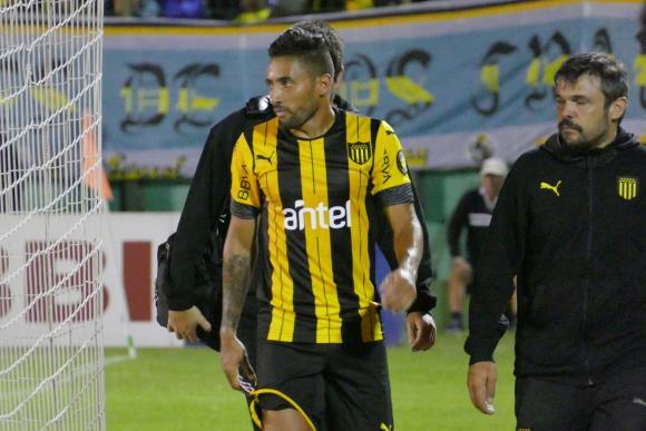 Jonathan Urretaviscaya se retira del campo en el Peñarol-Deportivo Maldonado. Foto: Ricardo Figueredo.