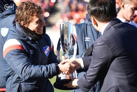 """Capitán. """"Papelito"""" llevó la cinta en el partido en Japón y recibió el trofeo. FOTO: @Nacional."""