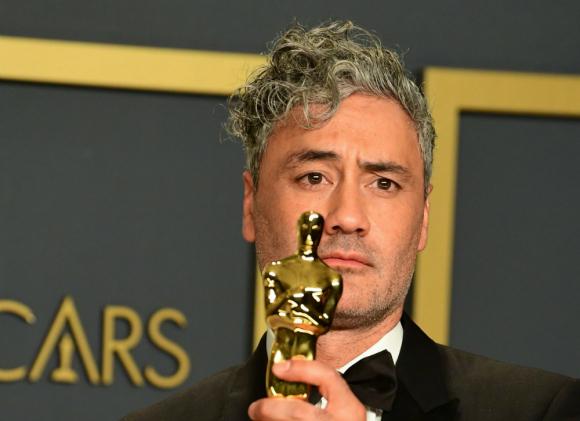 """Taika Waititi se llevó el Oscar por el guion adaptado de """"Jojo Rabbit"""""""
