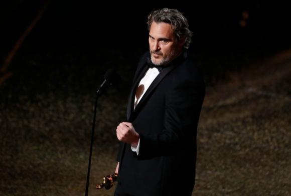 """Joaquin Phoenix con su Oscar a mejor actor por """"Guasón"""""""
