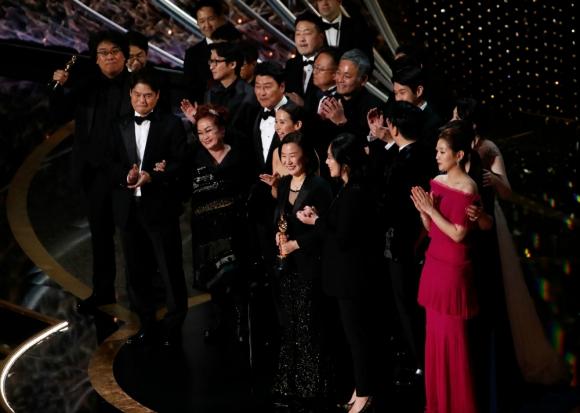 """Elenco y productores de """"Parásitos"""" festejando el Oscar a la mejor película"""