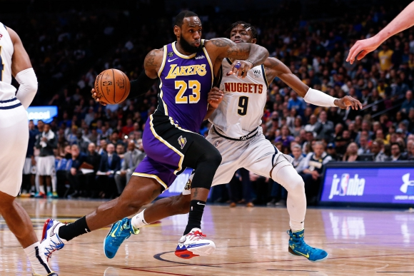 LeBron James sumó su duodécimo triple-doble en lo que va de la temporada de la NBA. Foto: AFP.