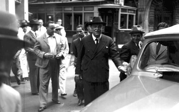 Luis Alberto de Herrera a punto de ingresar al vehículo. Foto: Archivo El País