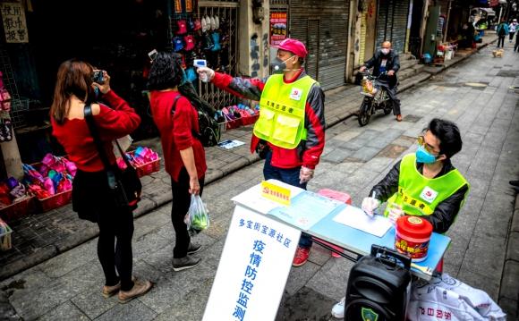 Controles sanitarios en las calles de Wuhan en busca de casos de coronavirus. Foto: EFE